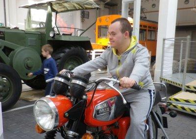 lukasz-w-muzeum-techniki-fot-osrodek-wsparcia-dla-dzieci-mlodziezy-i-doroslych